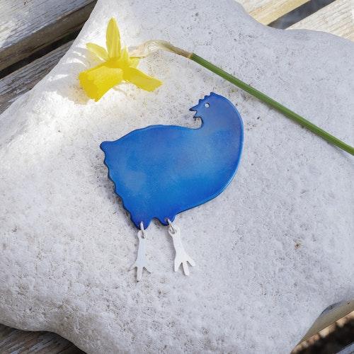 VRÅK DESIGN - Reserverad Lise. Höna, brosch i titan, blå