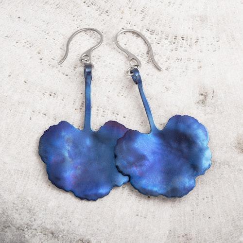 VRÅK DESIGN - Pelargonblad, örhängen i titan, blå