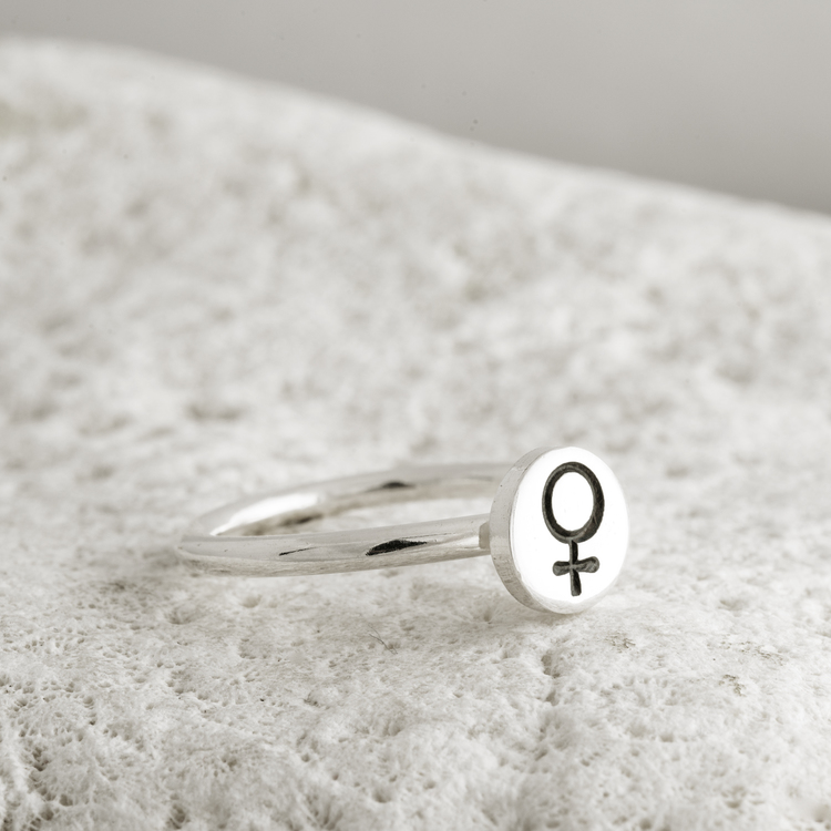 MADE BY LEENA - Kvinnosymbol, smal silverring