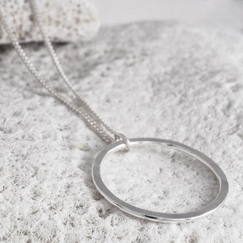 MADE BY LEENA - Tunn cirkel, halssmycke i silver