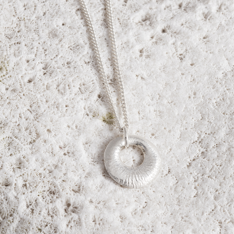 MADE BY LEENA - Fantasifossil, halssmycke i silver