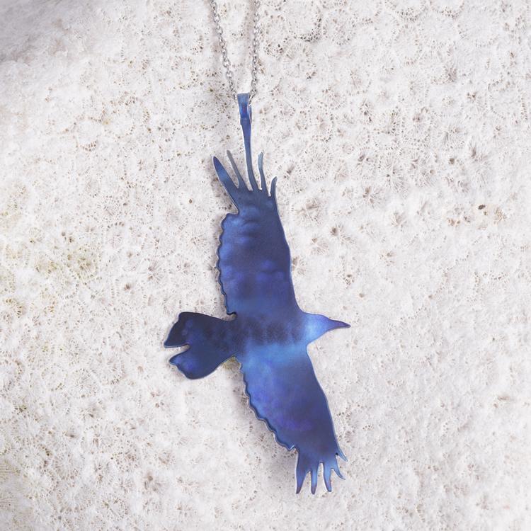 VRÅK DESIGN - Korp, halssmycke i titan, blå