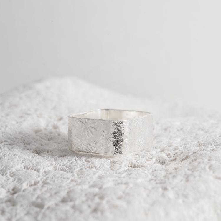 MADE BY LEENA - Blommönster, silverring, kvadratisk