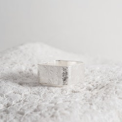 MADE BY LEENA - Blommönster, silverring, kvadratisk
