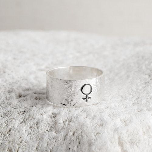 MADE BY LEENA - Kvinnosymbol, blommönster, silverring