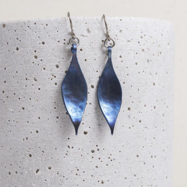 VRÅK DESIGN - Ramslök, örhängen i titan, blå
