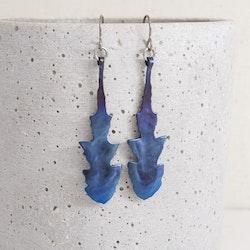 VRÅK DESIGN - Maskros, örhängen i titan, blå