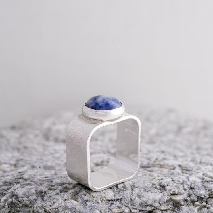 MADE BY LEENA - Infattad sten, silverring, kvadratisk