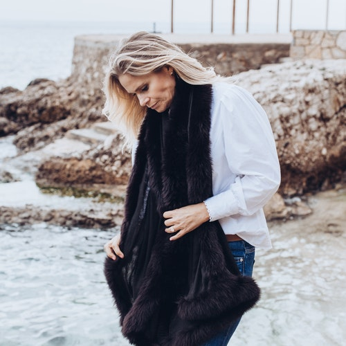 Fur shawl black
