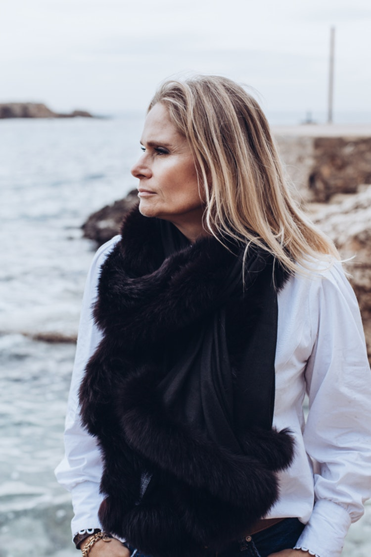 Fur shawl black