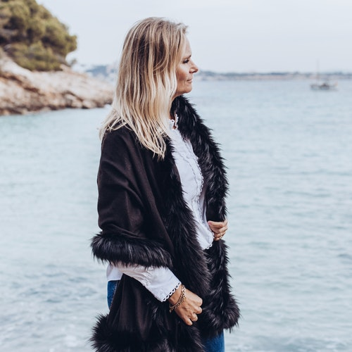 Faux fur shawl black