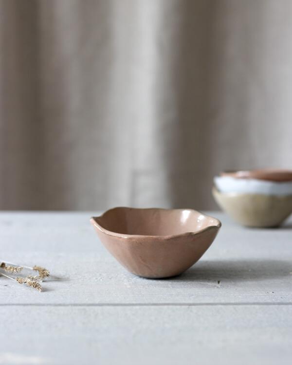 Jord liten keramikskål rost