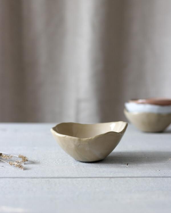 Jord liten keramikskål sand