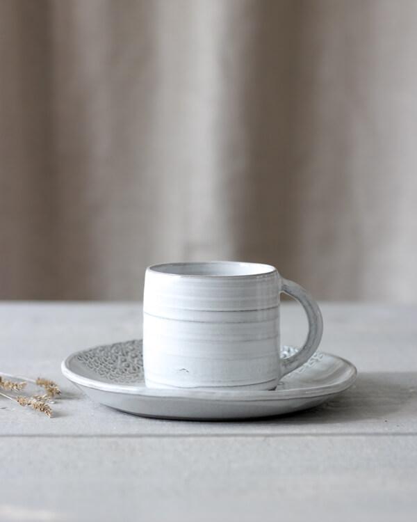 Jord mugg och assiette i färgen vit