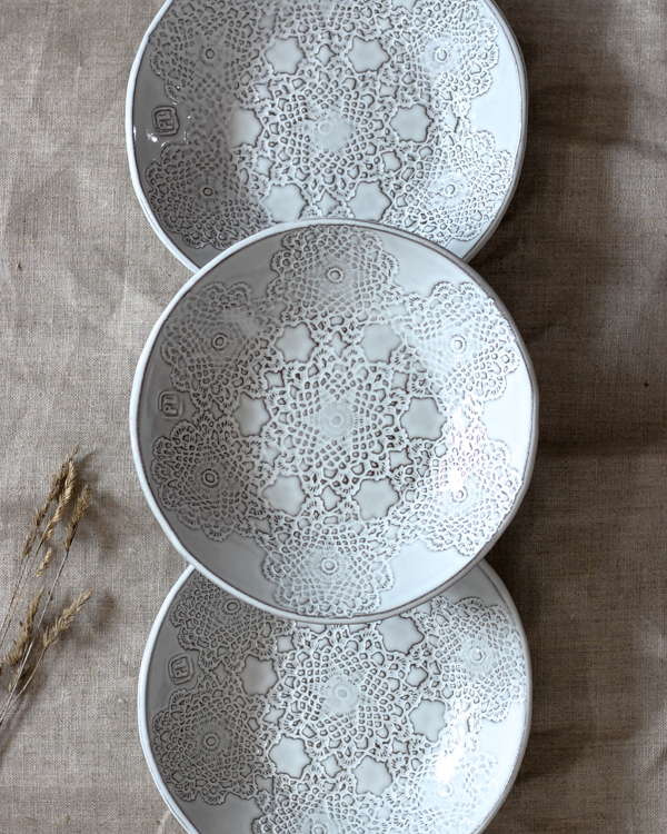 Inga keramiktallrik  i grålera med vit glasyr