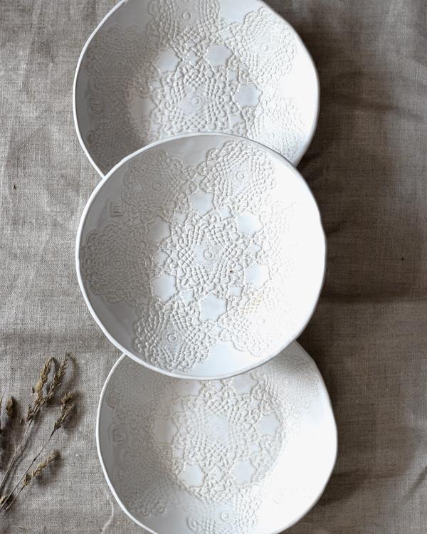 Inga keramiktallrik med vit glasyr