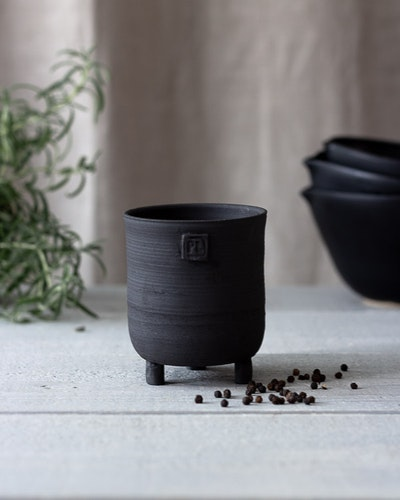 BLACK CERAMIC VASE WITH SMALL FEET