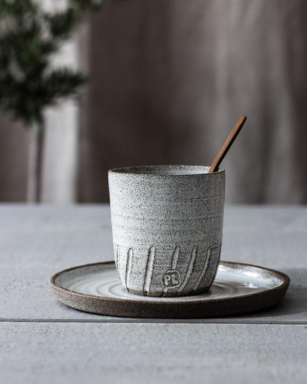 Rå keramikassiette och mugg