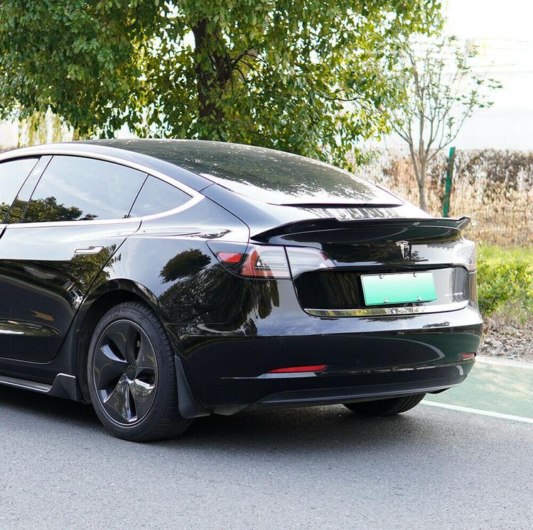 Model 3 Spoiler i ABS med kolfiber utseende -- FYNDHÖRNAN