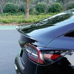 Model 3 Spoiler i ABS med kolfiber utseende - FYNDHÖRNAN