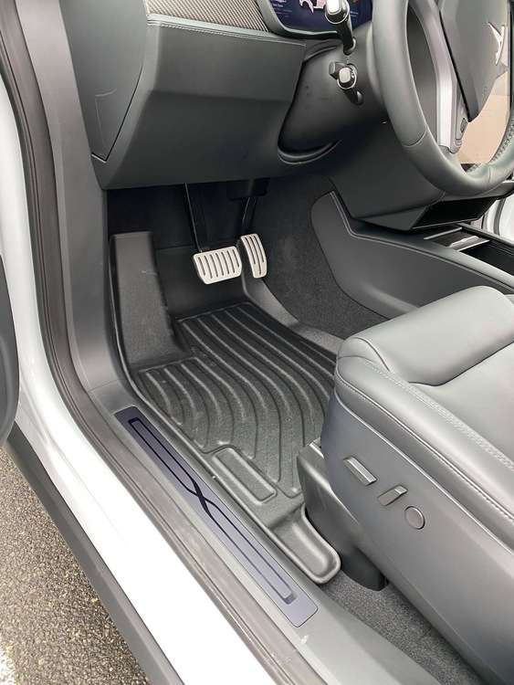 Model X Gummimattor 5 sits