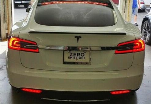 Tesla Model S & 3 nedre bromsljus