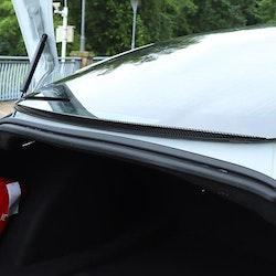 Model 3 baktruta spoiler mot regn & snö, finns i svart/kolfiber