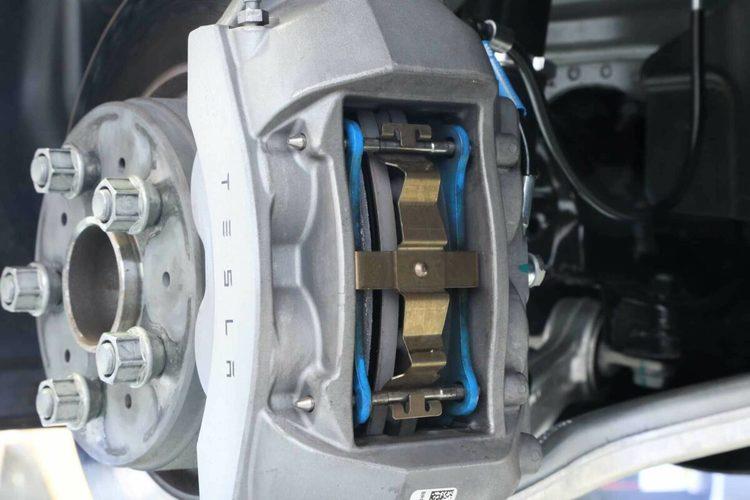 Unplugged Performance - Model 3 sport bromsvajer rostfri stål
