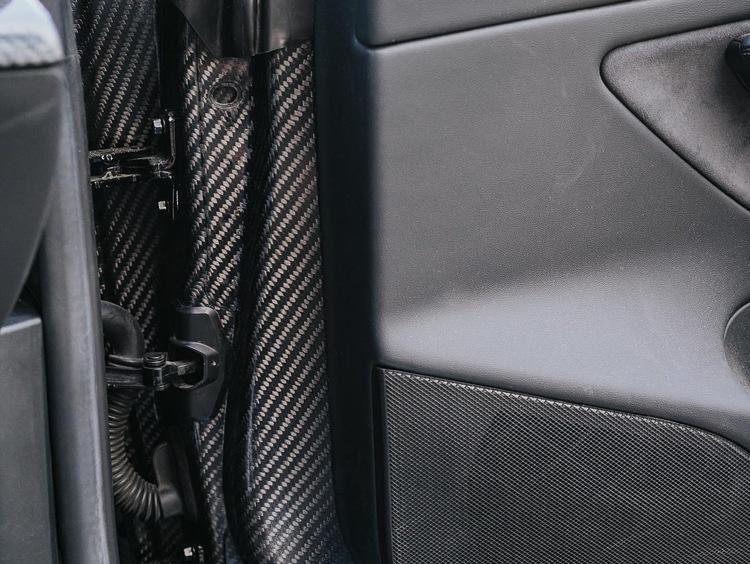 Unplugged Performance - Model 3 dörrar i kolfiber