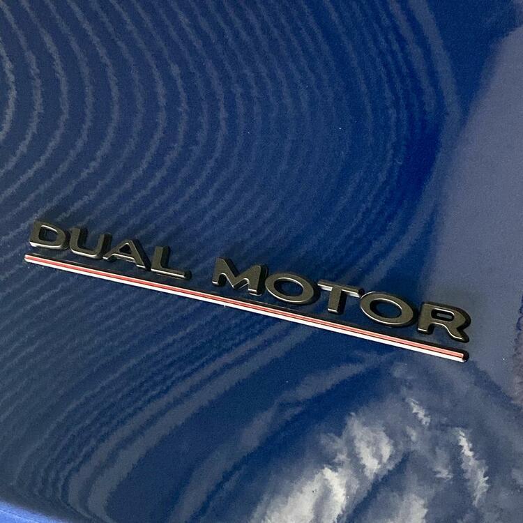 Performance Dual Motor emblem i olika färger