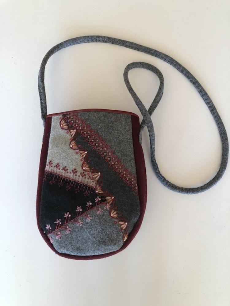 Handsydd väska i yllebroderi