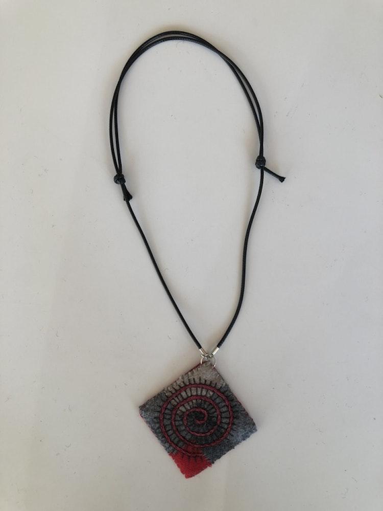 Halsband yllebroderi flera varianter