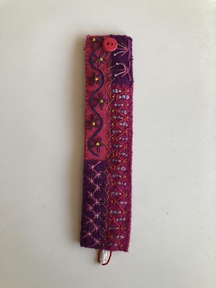 Armband i yllebroderi 16,5 -17 ,5 cm.  Flera varianter