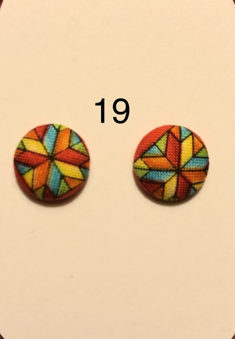Klädda örhängen i olika färger och mönster 15mm