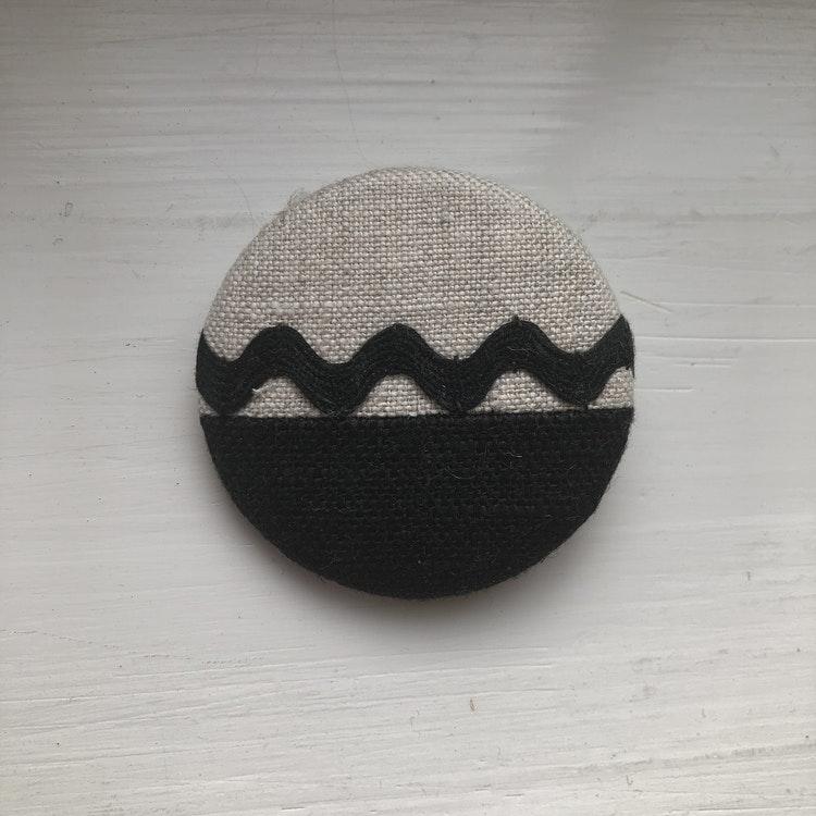 Brosch i lin 5 cm