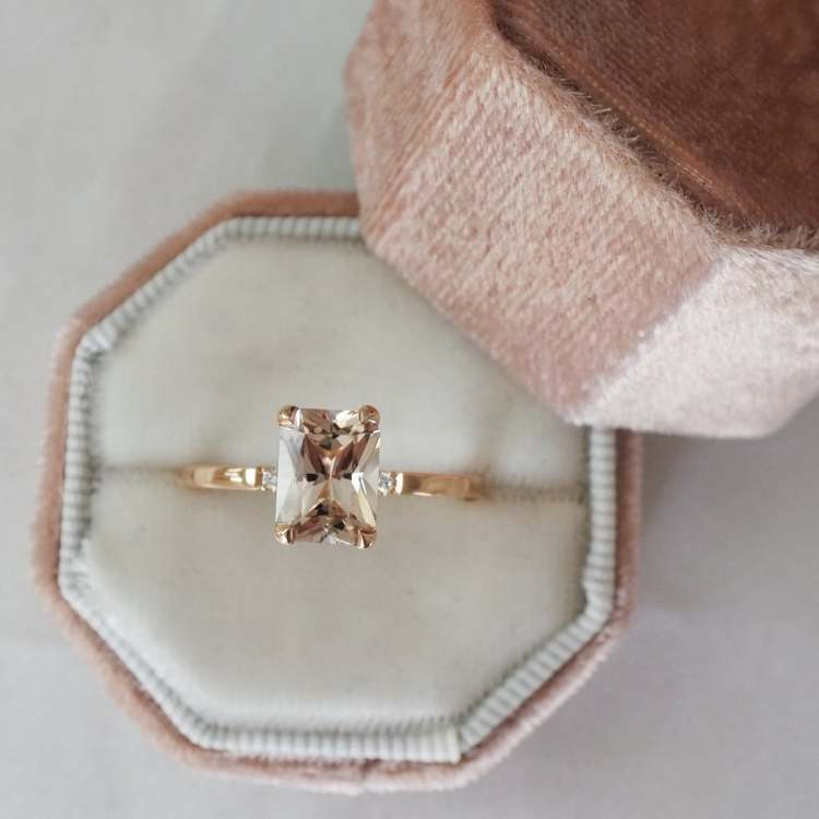 """Radiant XL"" ring in gold with a champagne morganite and two small diamonds"
