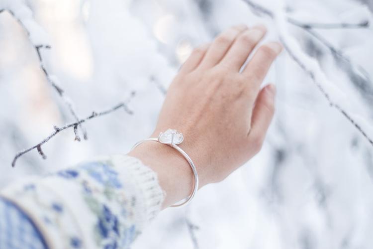 """Swedish Ice"" armband i silver med en Svensk rå bergkristall"