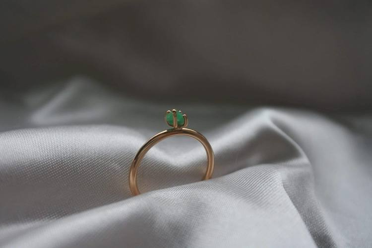 """Minnesund"" ring in gold with a raw emerald found in Minnesund, Norway"