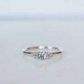 """Juliet"" ring med en 0.25ct & sex 0.01ct diamanter."