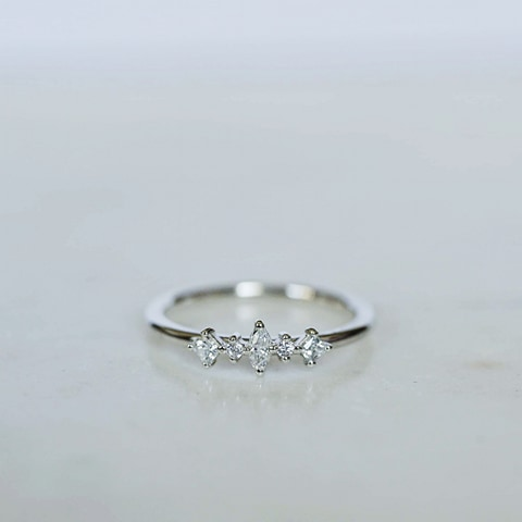 """Iris"" ring med diamanter"