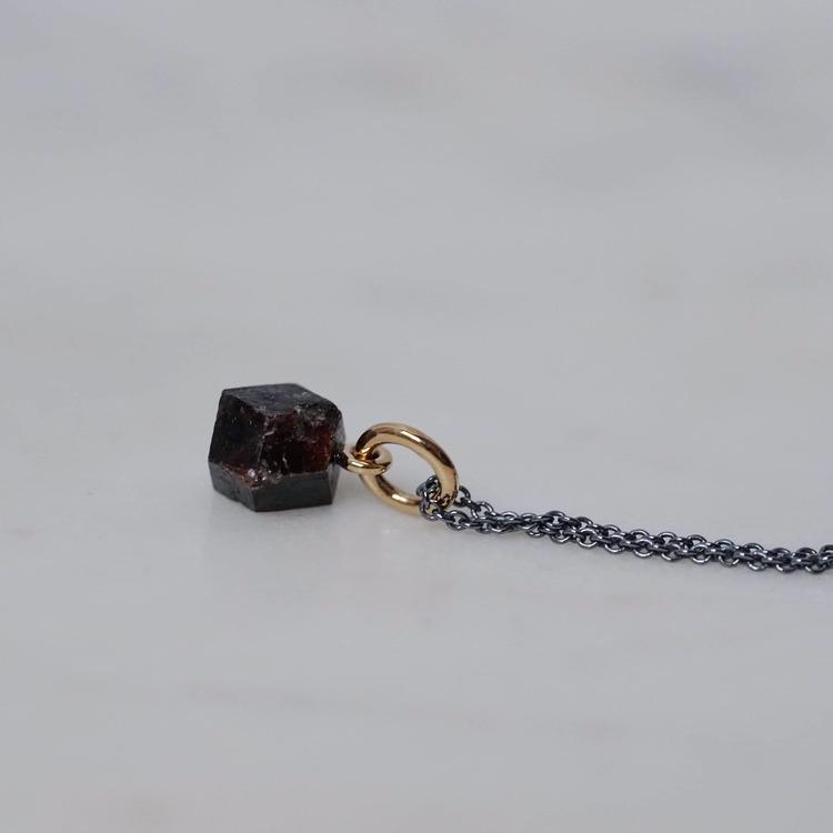 """""""Abisko"""" hängsmycke i 18K guld med en rå granatkristall från Abisko"""