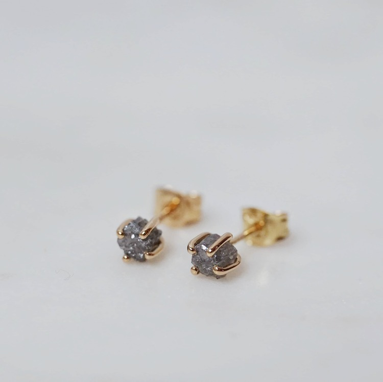 """Raw"" earrings in gold with cubic raw diamonds"
