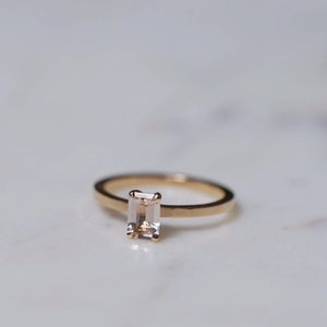 """Mini Venus"" ring with a champagne morganite in gold"