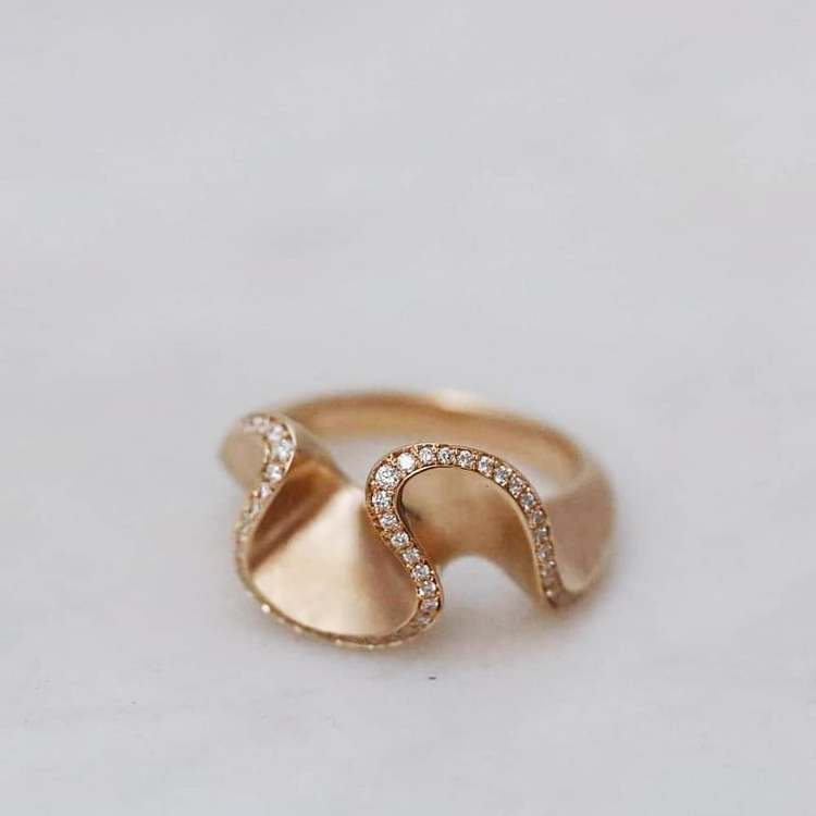 """""""Flow"""" ring in gold with diamonds"""