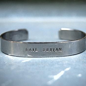 Hail seitan armband i återvunnet stål