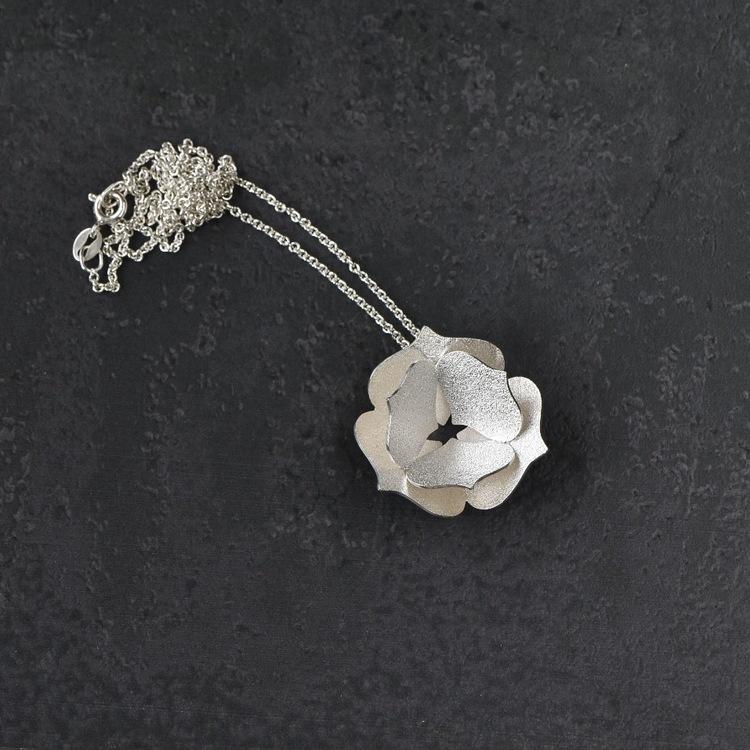 Hänge på kedja. Silver. Hänget är 28 mm i diameter och 12 mm djupt. Välj mellan två olika längder av kedja.