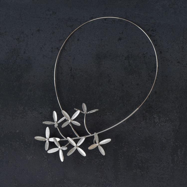 Halssmycke gjort för hand av silver. Storlek i diameter: ca. 21 x 13 cm. Halssmycket bygger ca. 4 cm på höjden.