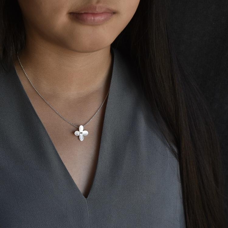 Hänge av silver i form av en liten blomma