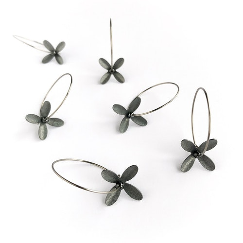Svarta blomörhängen