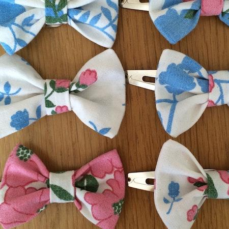 ÅTERBRUK  Klänning Blommig + matchande hårspänne